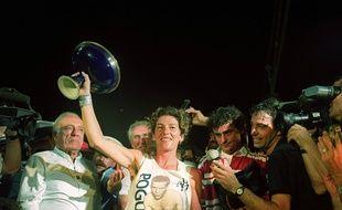 La navigatrice Florence Arthaud brandit la coupe après sa victoire lors de la Route du Rhum en 1990
