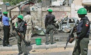 Des soldats de l'Amisom sur les lieux d'un attentat suicide contre un véhicule de l'ONU près de l'aéroport de Mogadiscio, le 3 décembre 2014 en Somalie