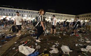 Des supporters à la recherche de leurs affaires sur la place San Carlo à Turin, après un mouvement de foule qui a fait 1.000 blessés.