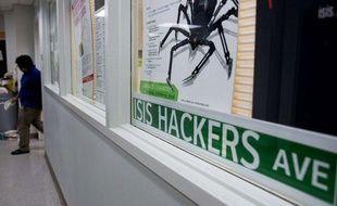 Un étudiant marche dans les couloirs du département Information Systems and Internet Security (ISIS) de l'université de New York, après une «Hack Night», le 10 avril 2013