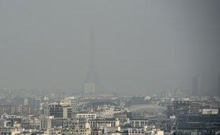 Paris et la Tour Eiffel à travers un nuage de pollution, le 18 mars 2015