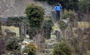 Un gendarme enquête au cimetière juif de Sarre-Union (Bas-Rhin) dont les tombes ont été profanées, le 16 février 2015