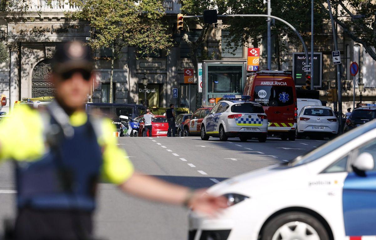 Les forces de sécurité et les services de secours sont présents place de la Catalogne, à Barcelone, où une fourgonnette a percuté la foule le 17 août 2017. – Josep LAGO / AFP