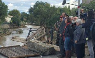 Le Premier ministre Édouard Philippe au bord du pont effondré de Villegailhenc après les intempéries qui ont frappé le département de l'Aude, le 15 octobre 2018.