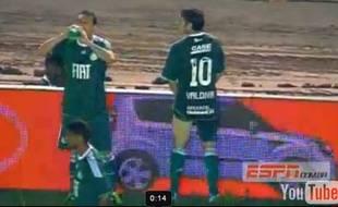 Capture d'écran d'un joueur de Palmeiras, Jorge Valdivia, en train d'uriner au bord de la pelouse en pleine rencontre.