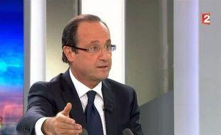 """François Hollande, candidat PS à la présidentielle, a souhaité mercredi que le référendum demandé par le Premier ministre socialiste grec Georges Papandréou porte sur la question de la présence de ce pays dans la zone euro et qu'elle soit """"posée rapidement aux Grecs""""."""