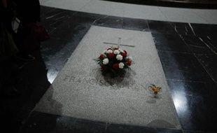 Trente-huit ans après la mort de Francisco Franco, l'Espagne n'a toujours pas réglé la question de sa sépulture, un imposant mausolée dominé par une gigantesque croix de pierre, alors que le pays évite encore, malgré la pression internationale, de juger les crimes de la dictature.