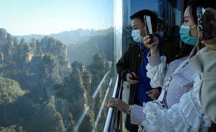 Des touristes en visite au parc forestier de Zhangjiajie, situé dans le centre de la Chine