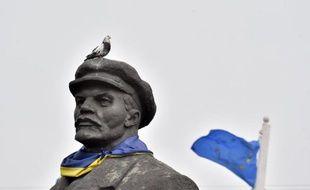 Une statue de Lénine affublée d'un foulard aux couleurs de l'Ukraine et escortée d'un drapeau de l'Union européenne, le 12 mars 2015 près de la ville de Slavyanks, dans la région de Donetsk