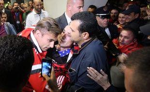 Lorik Cana accueilli par les supporters albanais après les violences qui ont émaillé le match contre la Serbie, mardi 14 octobre 2014, à Belgrade.