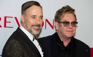 Elton John (D), et son mari, David Furnish, lors du gala annuel de la Fondation Elton John contre le Sida, le 28 octobre 2014, à New York.
