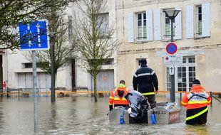 La ville de Saintes (Charente-Maritime) fait face à une crue exceptionnelle