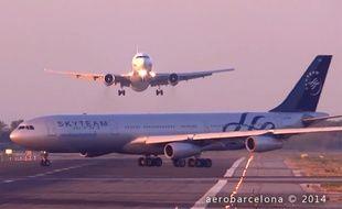 Barcelone, le 05 juillet 2014. Un avion de la compagnie UTair a manqué de percuter un Airbus de la Skyteam au moment d'atterrir.