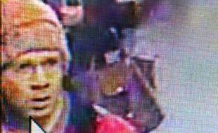Capture d'une caméra de vidéosurveillance montrant Abdelhakim Dekhar, enregistrée le 18 novembre 2013et diffusée le 19 novembre 2013 par la Préfecture de police de Paris.