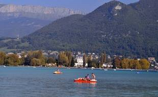 Le Lac d'Annecy, parfois surnommé le «Lac Bleu» est situé dans les Alpes, en Haute-Savoie.