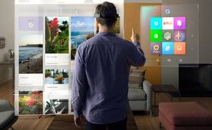 Le mode «holographique» de Windows permet d'interagir avec des menus 3D superposés au monde réel grâce aux lunettes HoloLens.