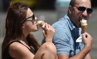Des personnes mangent une glace le 6 janvier 2015 à Sydney