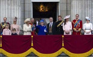 La reine Elizabeth II (C) entourée des membres de la famille royale britannique.