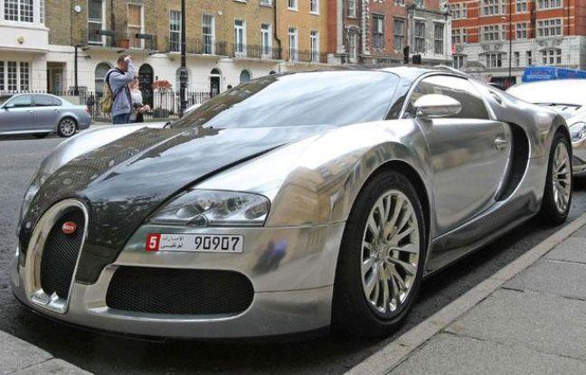 Une Bugatti Veyron finition chrome devant le Berkeley hotel, à Londres, le 5 août 2010.