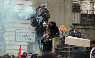 Les lycéens ont manifesté devant le rectorat de l'Académie de Lille.
