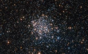 Photo prise par le télescope spatial Hubble de l'amas stellaire NGC 1854, dans une galaxie proche de la nôtre.