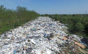 """Sur la plaine s'étendant entre Carrières-sous-Poissy, Triel-sur-Seine et Chanteloup-les-Vignes (Yvelines), la surface de déchets représente environ sept terrains de foot, selon les calculs d'Alban Bernard de """"Déchargeons la plaine""""."""