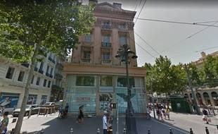 La bâtiment municipal squatté puis évacué par la police à Marseille.