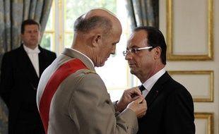 Jean-Louis Georgelin, grand chancelier de la Légion d'honneur, nomme François Hollande  Grand croix de la légion d'honneur, le 15 mai 2012.