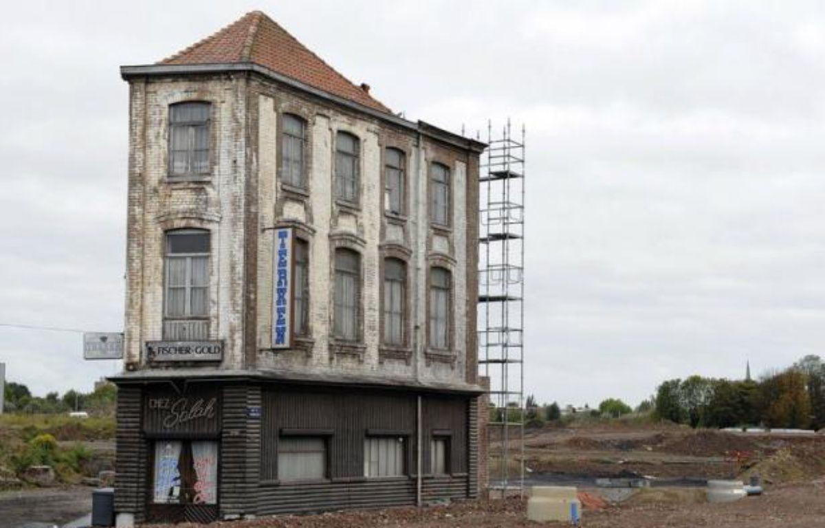 A 71 ans, Salah Oudjane, mémoire algérienne d'un quartier industriel de Roubaix, a réussi à sauver de la démolition le café qu'il tient depuis 46 ans et qui s'élève désormais seul, figé dans le temps, au milieu d'un terrain vague – Denis Charlet afp.com