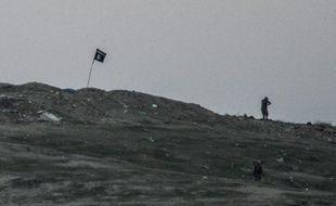 Un drapeau du groupe Etat islamique sur la colline de Tilsehir dans le village de Yumurtalik, dans la province de Sanliurfa en Syrie
