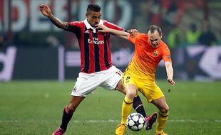 Le Milanais Kevin Prince-Boateng à la lutte avec le Barcelonais Andres Iniesta le 20 février 2013.