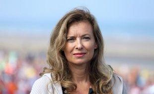"""Valérie Trierweiler a annoncé vendredi à l'AFP qu'elle allait déposer une plainte pour """"atteinte à la vie privée"""" contre le magazine Closer, qui publie vendredi des photos de l'ex-compagne de François Hollande en maillot de bain sur les plages de l'île Maurice."""