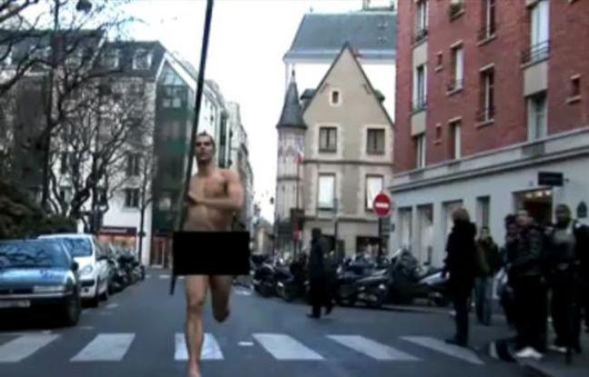 Romain Mesnil court nu dans les rues de Paris pour trouver un sponsor