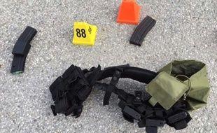 Photo fournie par le shérif du comté de San Bernardino montrant les armes que portaient les suspects de la tuerie perpétrée, le 2 décembre 2015, lors d'un déjeuner de Noël en Californie