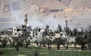 De la fumée s'échappe de bâtiments en périphérie de Douma, le 8 avril 2018.