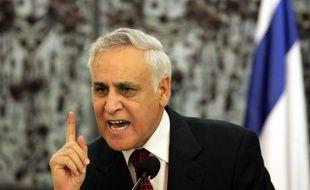 L'ancien président israélien Moshé Katzav, condamné à sept ans de prison ferme pour viols, a été écroué mercredi dans la prison de Maasiyahu au sud de Tel-Aviv, a constaté un photographe de l'AFP.