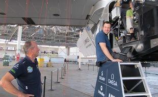 André Borschberg (à gauche) discutent avec des ingénieurs de Solar Impulse 2, à l'aéroport de Kapolei, à Hawaï, le 15 juillet 2015.