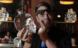 Paris le 15 mai 2013. Dan Aykroyd acteur americain presente sa bouteille de Vodka Crystal Head Vodka en forme de crane humain en cristal.