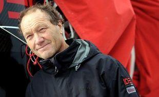 Le Français Francis Joyon, à la barre de son maxi trimaran Idec II (29,70 m), a pulvérisé vendredi son propre record de la Route de la Découverte, entre Cadix (Espagne) et San Salvador (Bahamas), avec un temps de course de 8 jours, 16 heures et 07 minutes.