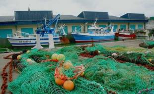 Chalutiers et filets dans le port de pêche de Port-en-Bessin, dans le Calvados.