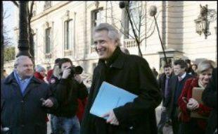 """Le Premier ministre Dominique de Villepin est convoqué jeudi comme """"témoin"""" par les deux juges d'instruction qui enquêtent sur Clearstream, une audition très attendue dans cette affaire de manipulation calomnieuse qui a atteint le sommet de l'Etat."""