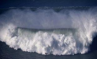Benjamin Sanchis pourrait bien avoir surfé la plus grande vague du monde au Portugal, le 11/12/2014.