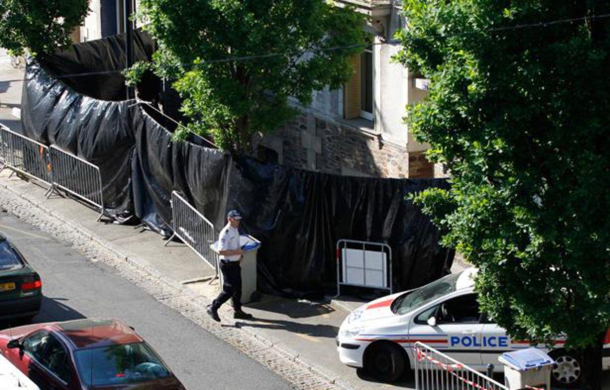 La police devant la maison des Dupont de Ligonnes où quatre corps ont été retrouvés à Nantes. – Stephane Mahe / Reuters