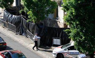 La police devant la maison des Dupont de Ligonnes où quatre corps ont été retrouvés à Nantes.