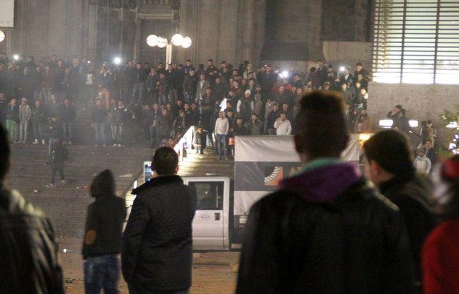 Personnes rassemblées devant la gare de Cologne, le 31 décembre 2015.