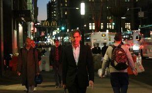 Des passants dans le sud de Manhattan, près du lieu de l'attentat qui a fait au moins 8 morts à New York, le 31 octobre 2017.