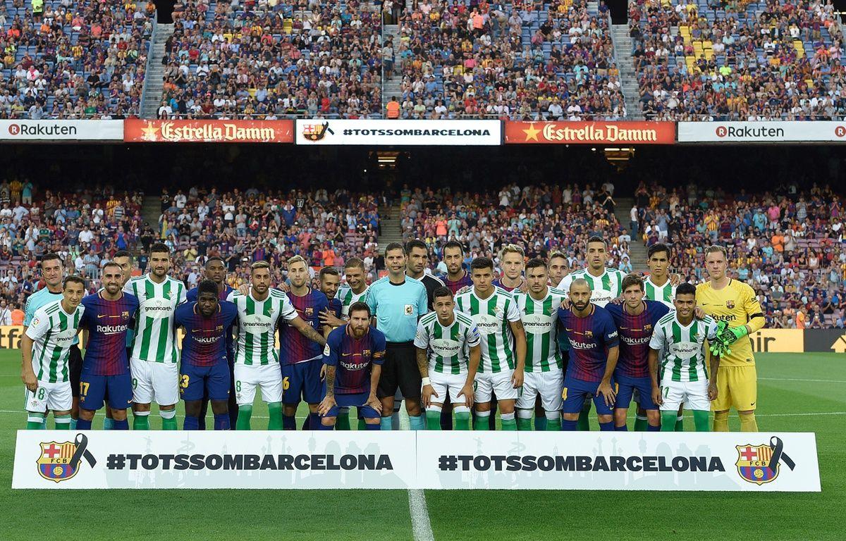 Une minute de silence  a été observée au Camp Nou avant le coup d'envoi du match qui opposait le FC Barcelone au Betis Séville. – LLUIS GENE / AFP
