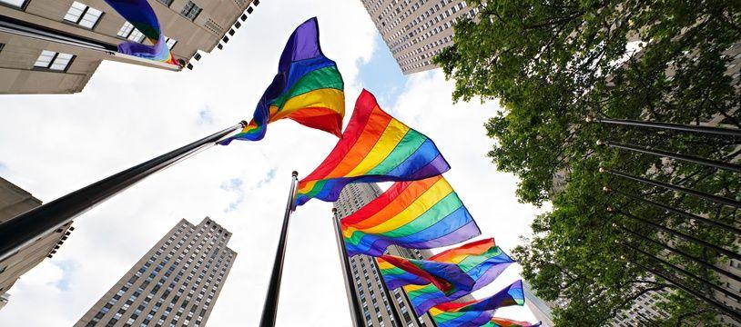 Des drapeaux arc-en-ciel dans les rues de New York.