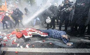 La police disperse la manifestation du 1er mai 2015 à Istanbul.