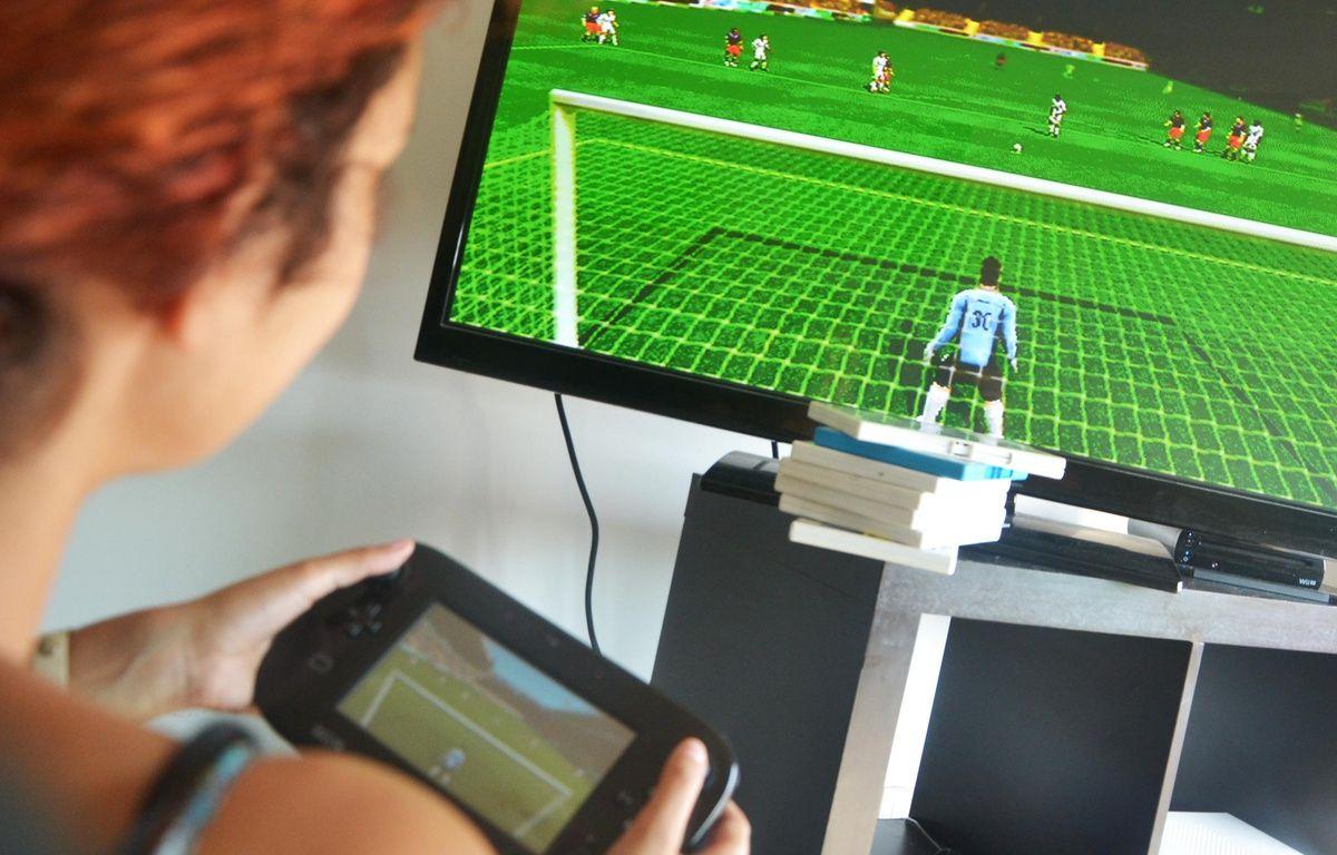 Une joueuse joue à un célèbre jeu vidéo de football (Illustration). – N. Bonzom / Maxele Presse